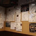 大阪ミナミのたこいち - 色紙がおおい