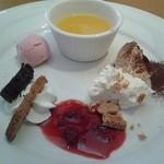 35089167 - デザート 盛合せをクーポンで豪華盛合せにして、それを『更に豪華にしました』と店員さん