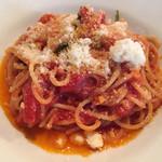 35090164 - トマトソースとバジリコのスパゲッティーニ