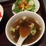 鶏龍軒 - エビチャーハン(1,100円)のスープとサラダ2015年2月