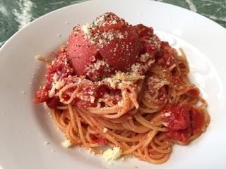 aqua - フレッシュトマトとモッツァレラのトマトソース。見た目ほどくどさは感じません。新鮮なトマト、めっちゃジューシーです!