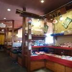 爆裂石焼らーめん 一兆 - 入口横にある駄菓子屋コーナー