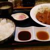 フライド ダイナー フカダ - 料理写真:ロースカツ定食 右はにんにくポン酢