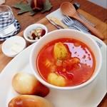 けんちくとカフェ kanna - ランチセット☆ 温かいスープと天然酵母のベーグルセットです♪ きめ細かい生地のプレーンベーグルがとっても美味しい(◍˃̵͈̑ᴗ˂̵͈̑) 店内の雰囲気もインテリアも全てステキで癒されました‼︎