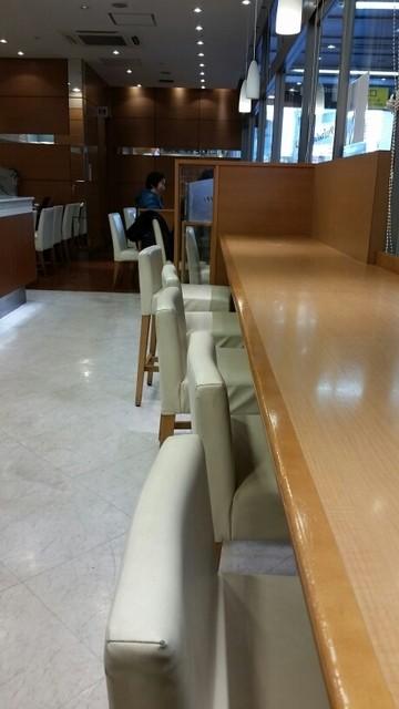 ヴィ・ド・フランスカフェ 中央林間店 - カウンター席と奥のテーブル席。トイレも店内にあります。