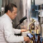 出石 城山ガーデン - 併設する醸造所での瓶詰め風景です。