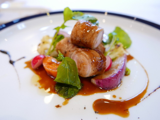 ブラッセリー ラシュレ - 肉料理:阿蘇産山の平地飼いの鶏胸肉を阿蘇の豚肉で巻いてソテーしたもの。西洋わさびの風味がアクセント。