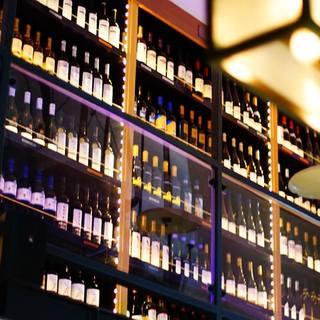 お店に並ぶ世界各国の100種類の種類豊富なワイン!