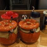 麺屋 ふう - 卓上には辛子高菜、紅生姜、おろしにんにく、いりごま等