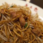 想夫恋 - カリッと焼かれた麺にモヤシ。お肉も沢山。なかなかの美味しさ。