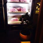今福 - 入り口のお肉ディスプレイ
