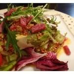 かずちゃん - 豆腐とツナのサラダ(ピリ辛:680円)・・ツナではなくサラミが入っておりました。 中華風で少しピリ辛のドレッシングが美味しいですね。食がすすむ品です