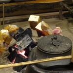 35146009 - 備長炭で遠目からじっくり焼き上げる
