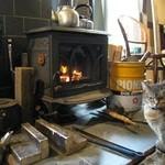 カフェ・ホートン - 火にあたる猫=^-^=