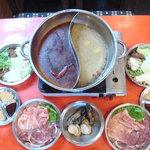 風雲火鍋城 - 初めて火鍋を召し上がる方にお試しセットの初心者セットで楽しんでみてください。(写真は2人前)
