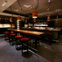 37 Steakhouse & Bar - 店内に入るとすぐにバーカウンターが。まずはここで一杯、もおすすめ。バーは金曜日のみ深夜3時まで。
