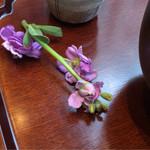 廚菓子くろぎ - 花が添えられ綺麗ですね♪