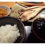 35152057 - 本日の日替わりランチ(税込1000円)を頂くことにしました。                       日替わりは「カマスの天日干し」。これに「小鉢」「ご飯」「お味噌汁」が付きます。