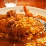 白銀亭 - カレーを食べる