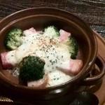 お勝手串焼き とりとんたん - 厚切りベーコンとブロッコリーのグラタン