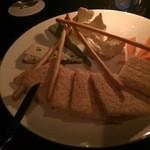 BAR 倉吉 - 『チーズの盛り合わせ』様やはり未だにお子ちゃまな私はブルーチーズ系は不得手・・・