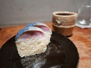燕 - 鯖寿司(2切れ)800円