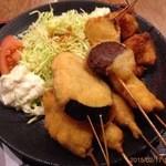 Kushikatsudengana - 鶏唐揚げ3個に串かつ6本。ウマイ!なす、かしわ、ぎゅう、ソーセージ、しいたけ、
