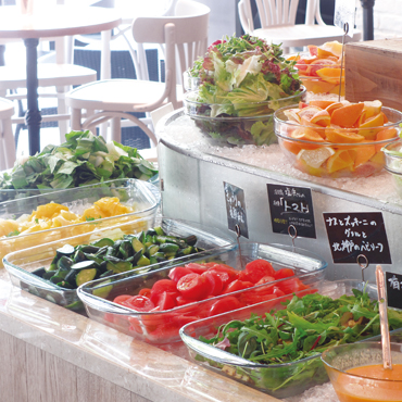 ソッシュ・ザ・マーケットバール - バイキング台に並ぶ野菜やタパス