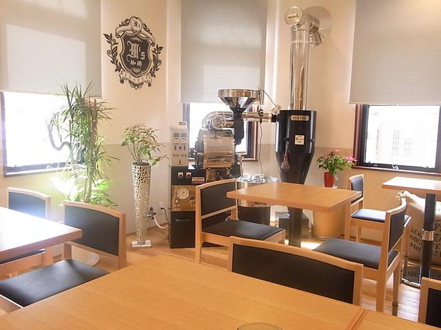 自家焙煎香房 M's珈琲 - テーブル席は12 カッコイイ焙煎機が☆♪