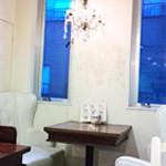 シエロアスール・カフェ - 夕暮れが過ぎると窓の外は蒼い色が広がっていました