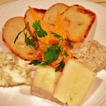 ノーマル - チーズの盛り合わせ 1/2  \750