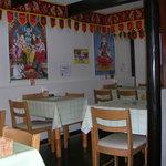 インド料理ヒマラヤ - インド音楽とヒンズーの神様があなたをお迎えします。