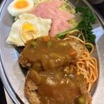 キッチン エム - メンチカレーソース/ナポ/フライエッグ/ハムサラダ