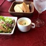 35200151 - サラダ、スープ、パンです