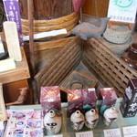 角長 - 料理写真:徳利に入った手作り醤油が並んでいます。