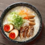 京都祇園 門扇 - 石焼熱旨鶏白湯うどん:最後まで熱つ熱つふうふうしながら食べる醍醐味を、石焼鍋とたっぷり野菜と自慢の鶏白湯スープでどうぞ。時間が経っても伸びにくい特製本生うどんも是非お楽しみくださいませ。