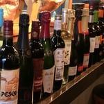 スペインバル ピー - ワインはグラスでスパークリング3種類、赤白が4種類づつの全11種類!デキャンタやボトルのアイテム数も豊富!