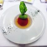 コーダリー - カニとキュウリを詰めたトマトファルシ トマトのコンソメジュレ バジルソルベ添え