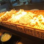 松製麺所 - てんぷらの陳列それぞれが大きゅうて安い!