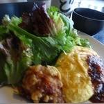 れストラン ゆず庵 - 土佐ジローオムライスハーフサイズと 山盛り無農薬野菜、 四万十鳥から揚げ シャモスープが付いて 1,000円