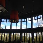 ヴェント モデルノ メインダイニング - パノラマ景観のようにアーチした窓から 手入れされた庭と空が見え美しく見えました。