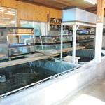 食事処マルタ活魚 - 店内の生簀には常時20種類以上の魚が泳いでいます。