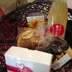 アット ホーム - 料理写真:選び抜かれたお菓子&甘酒