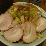 35231033 - ラーメン+野菜 大盛半チャーシュー 太麺のチャーシュー側