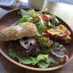 オッコ ベーグル - グルメサンドランチ  胡麻味噌とハンバーグの組合せ抜群です! キッシュもパプリカの彩りも楽しくて美味しかったです (*´ڡ`●)