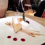 peripatos - 彼のオーダーしたレアチーズケーキ。私はあんましレアチーズケーキ好きじゃないけど、レアチーズケーキ好きならたまらなそうでしたよ!!
