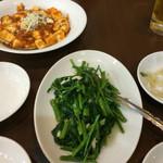 美食苑 - 左:麻婆豆腐、中央:空芯菜炒め、右:お通しのもやしサラダ