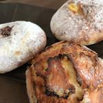 35245047 - メロンパン、クリームパン、バニラといちじくのジャムパン