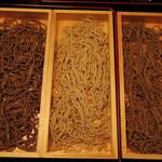 天晴酒場 - 左から、石臼挽き 茨城産 玄粉の太麺、オリジナルブレンド蕎麦粉の細麺、石臼挽き 茨城産 玄粉の細麺