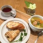 きまんまテーブル - ある日の朝ごはん。パニーニ2種とポトフと紅茶。